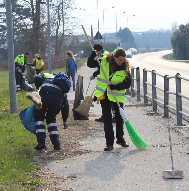 Volontari all'opera sulla Provincia 8