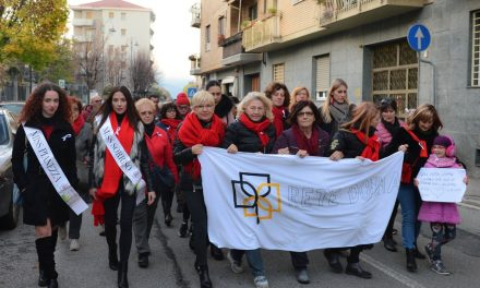 PIANEZZA – Più di 200 per dire No alla violenza di genere: la forza di una camminata silenziosa